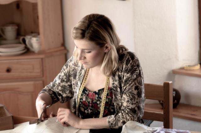 裁縫をする女性